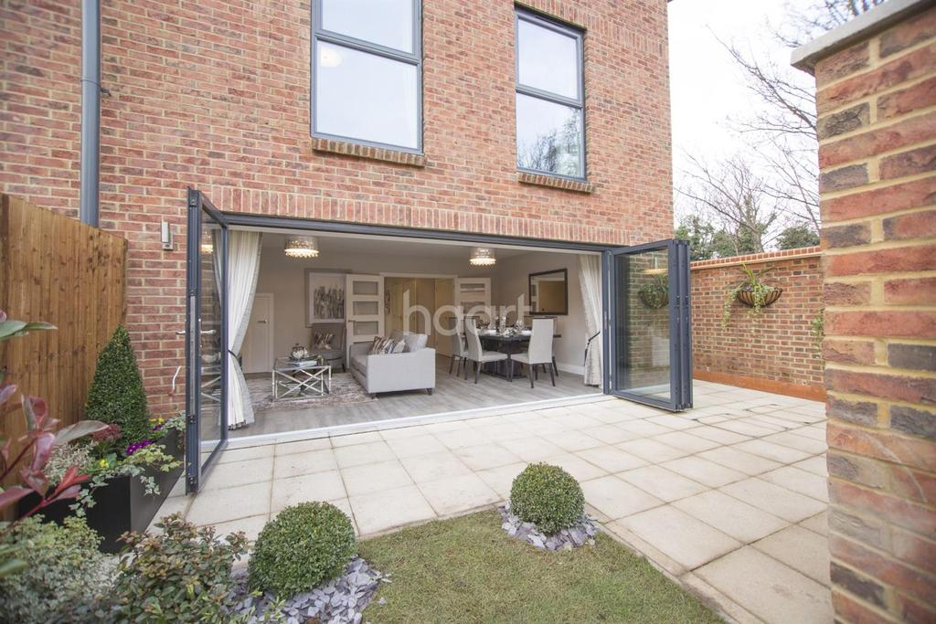 4 Bedrooms Semi Detached House for sale in Atherton Court, E15 4SU