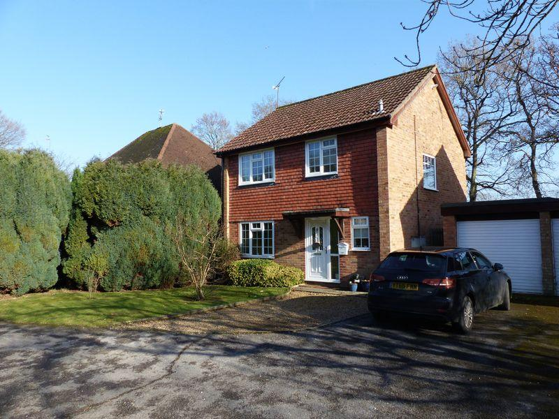 3 Bedrooms Detached House for sale in Fortune Drive, Cranleigh