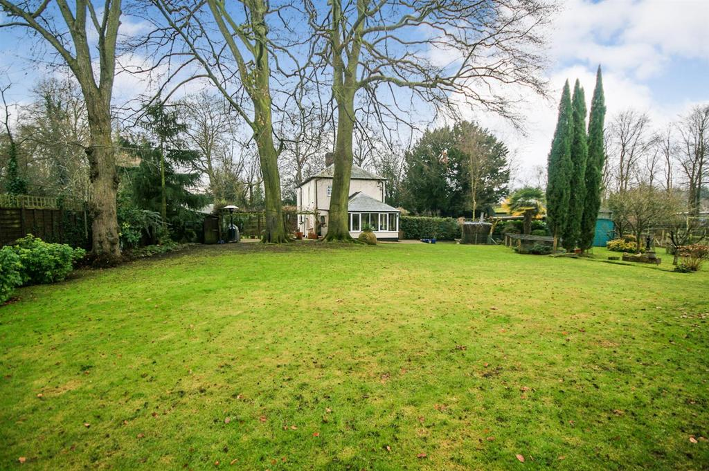 3 Bedrooms Detached House for sale in Walnut Tree Walk, Great Amwell - with Paddock