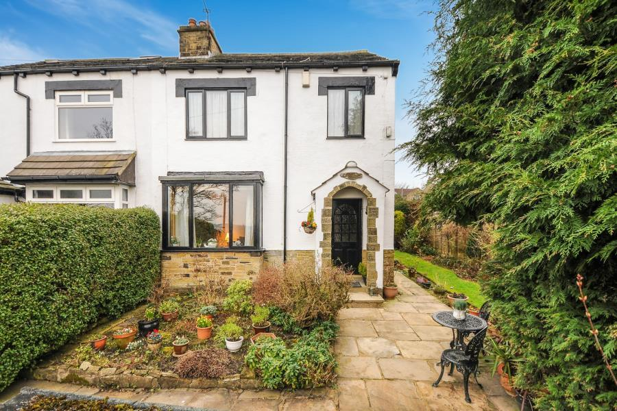 3 Bedrooms Cottage House for sale in TOWN STREET, RAWDON, LEEDS, LS19 6QL