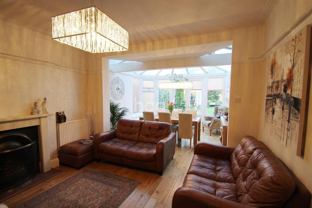 3 Bedrooms Detached House for sale in Bullsmoor Lane, Enfield