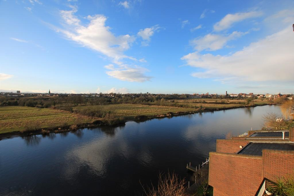 4 Bedrooms Penthouse Flat for sale in Dee Banks, Great Boughton, Chester