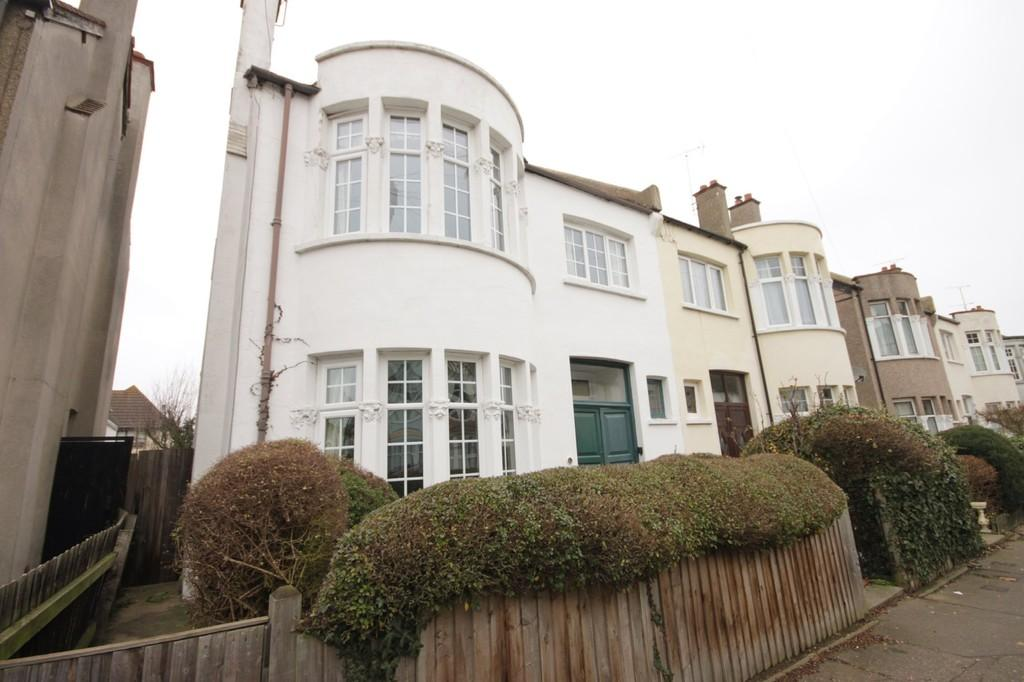 4 Bedrooms Semi Detached House for sale in Cotswold Road, Westcliff-on-Sea