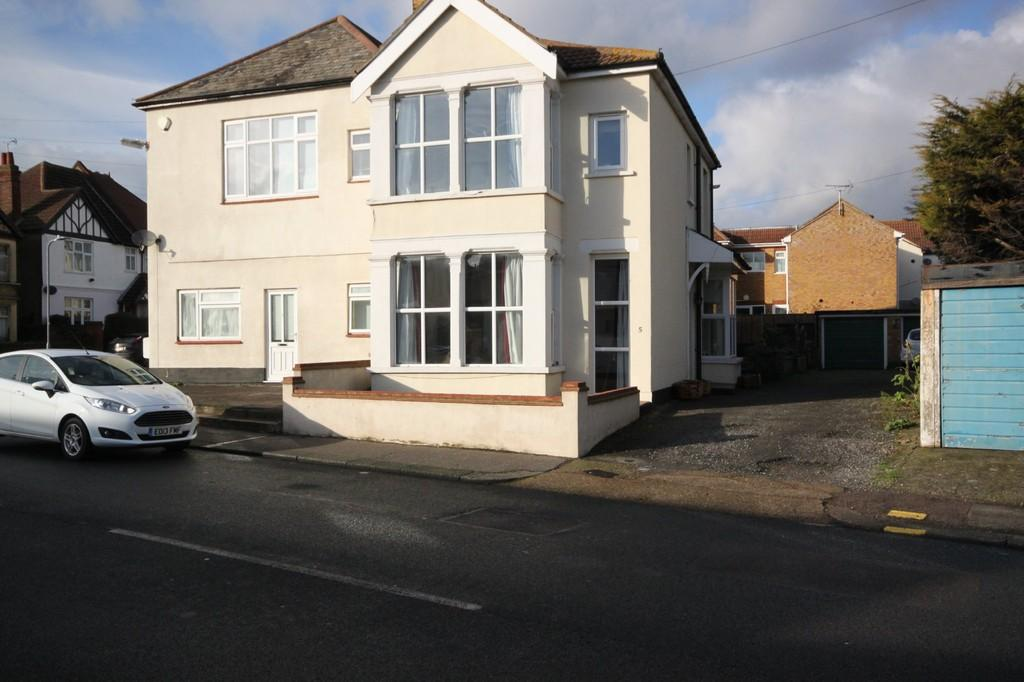 3 Bedrooms Terraced House for sale in Church Road, Shoeburyness
