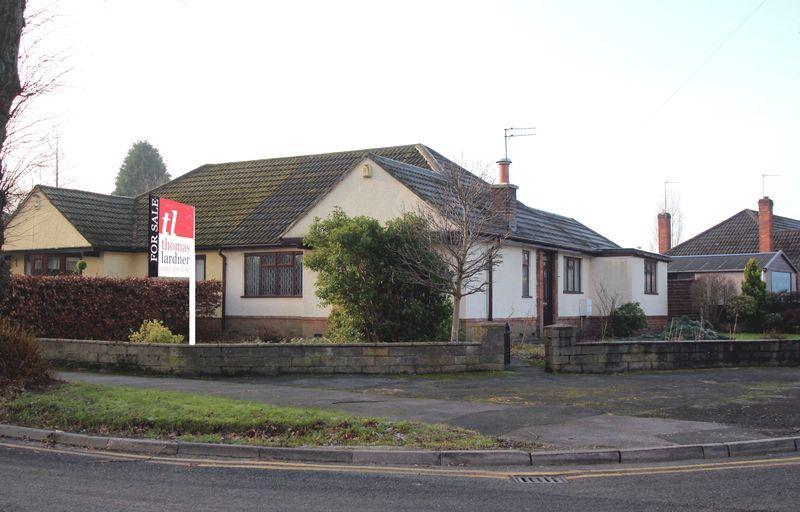 2 Bedrooms Semi Detached Bungalow for sale in Oakwood Road, Romiley