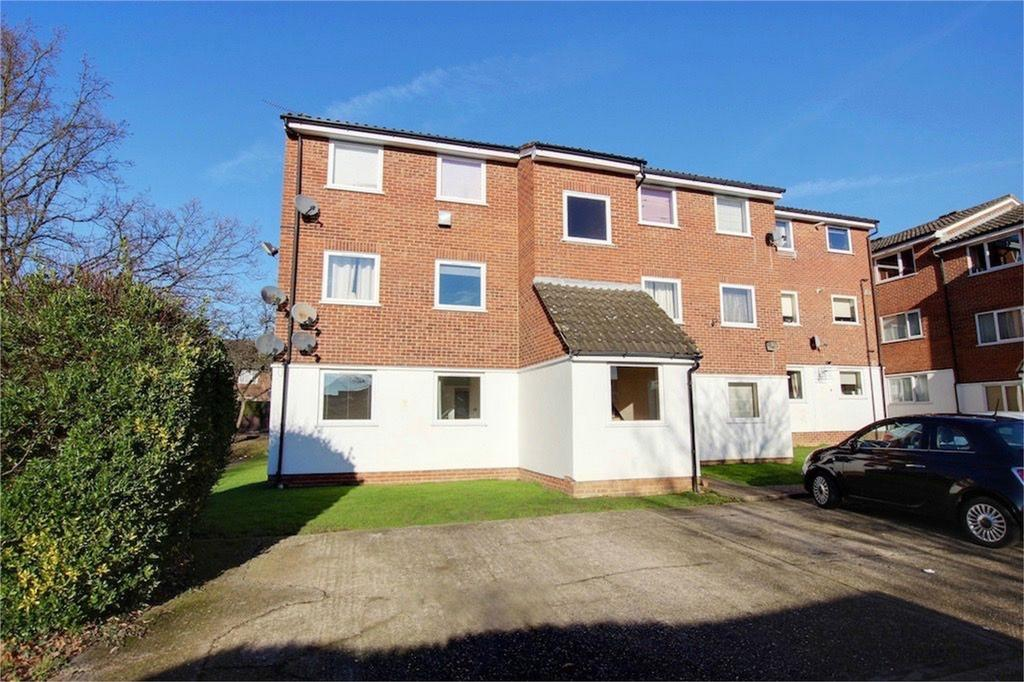 2 Bedrooms Flat for sale in Droveway, Loughton, Essex