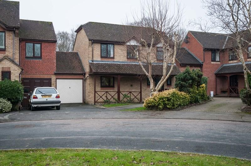 3 Bedrooms Link Detached House for sale in Linnet Green, Ridgewood, Uckfield