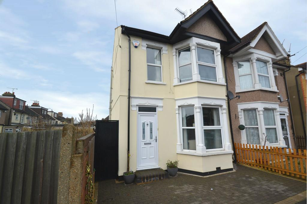2 Bedrooms Semi Detached House for sale in Clydesdale Road, Hornchurch