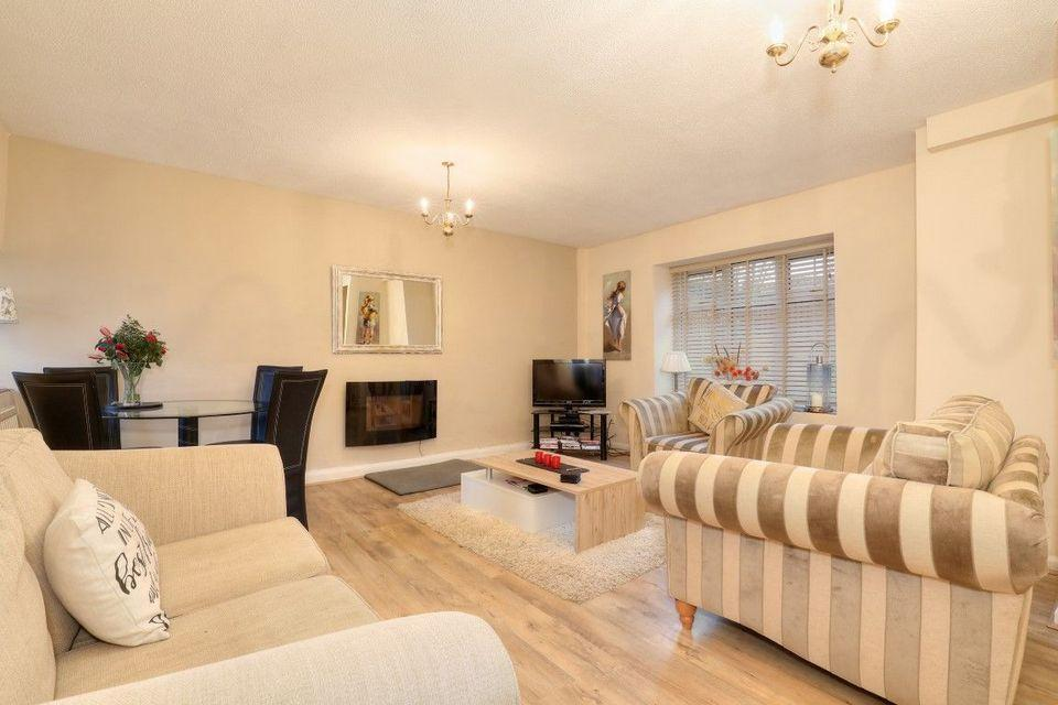 2 Bedrooms Cottage House for sale in Old Barn Cottage, 68 Bradway Road, Sheffield S17