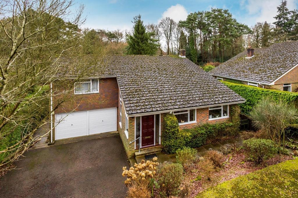 4 Bedrooms Detached House for sale in Uplands Road, Farnham