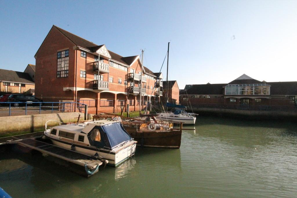 2 Bedrooms Ground Flat for sale in The Quay, Emerald Quay, Shoreham-by-Sea, BN43 5JP