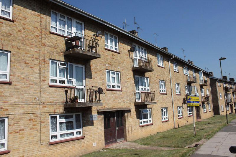 3 Bedrooms Flat for sale in Bushfield Crescent, Edgware, Middlesex, HA8 8XH