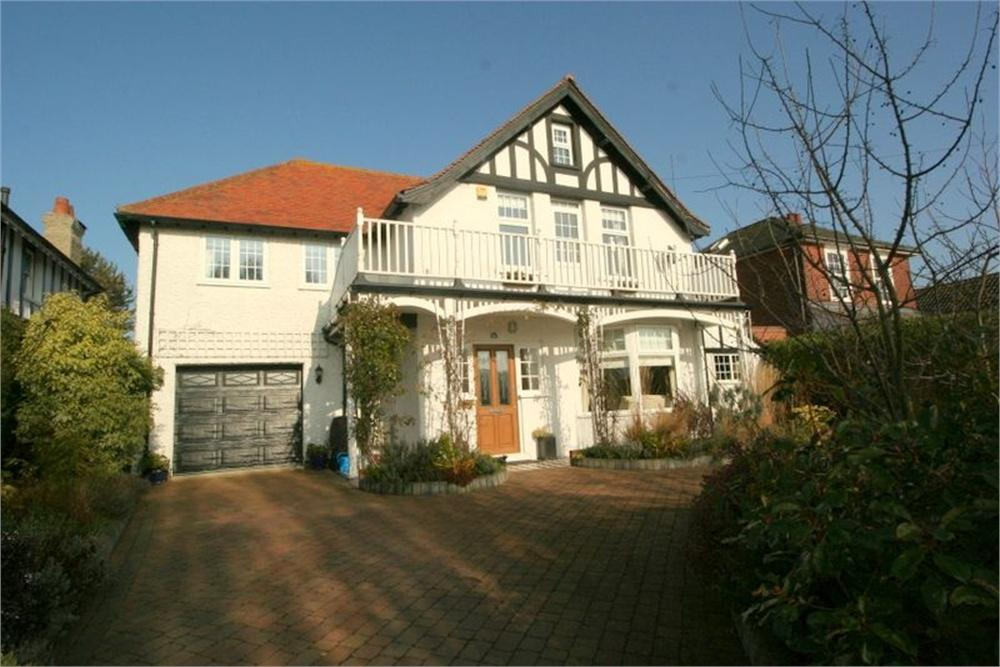 4 Bedrooms Detached House for sale in Fifth Avenue, FRINTON-ON-SEA, Essex