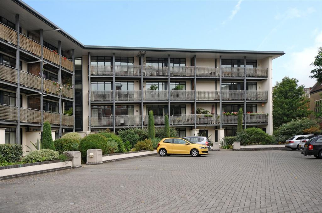 2 Bedrooms Flat for sale in Queens Court, Peninsula Square, Winchester, Hampshire, SO23