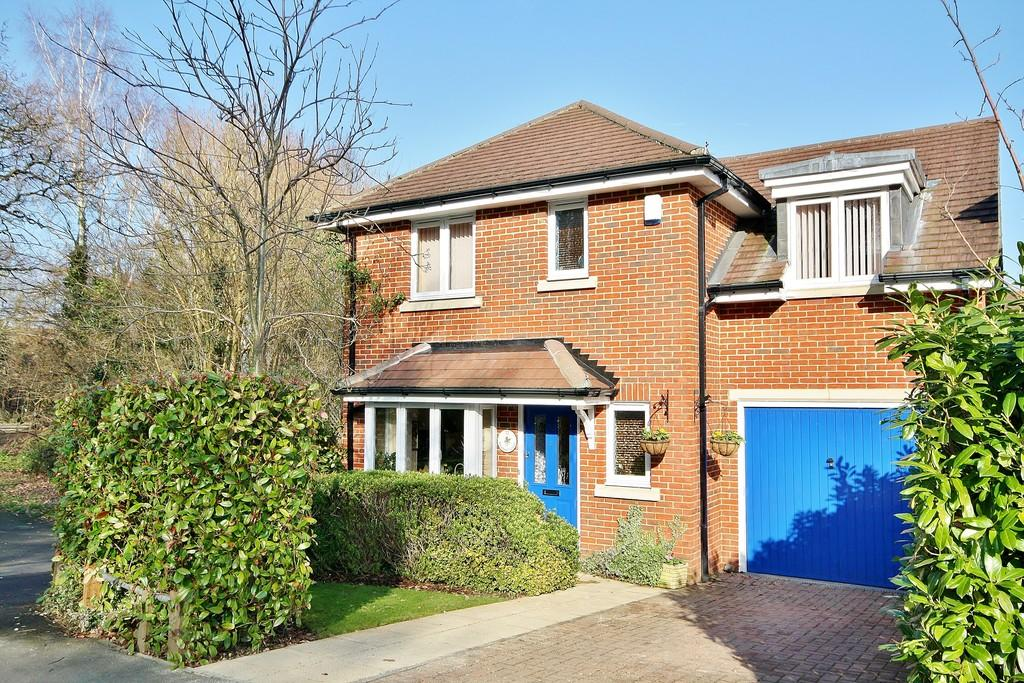 4 Bedrooms Detached House for sale in St. John's, Surrey