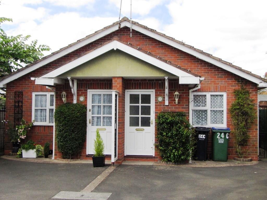 2 Bedrooms Semi Detached Bungalow for sale in Bell End, Rowley Regis