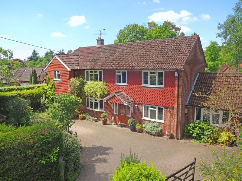 4 Bedrooms Detached House for sale in Stonehill Road, Headley Down