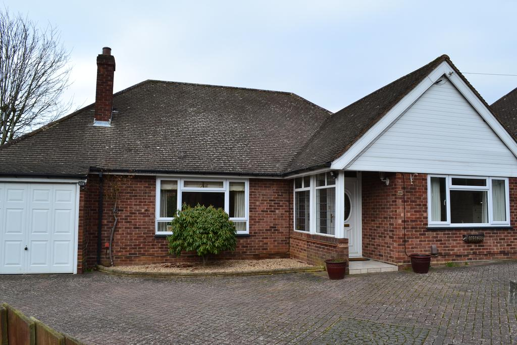 3 Bedrooms Detached Bungalow for sale in Erleigh Court Drive, Earley, Reading RG6