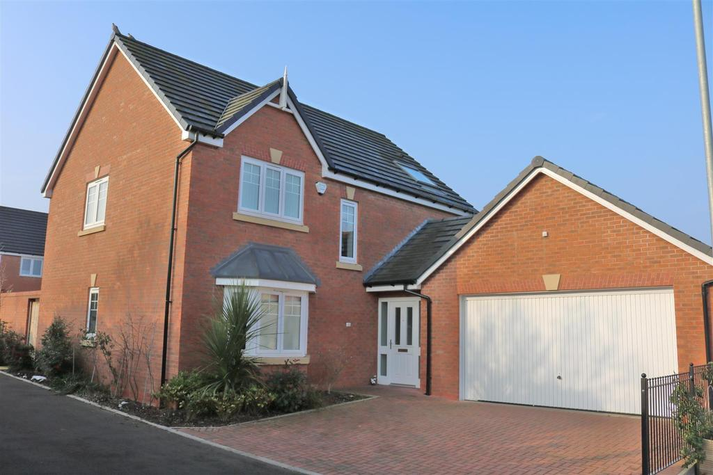 4 Bedrooms Detached House for sale in Dumolos Close, Glascote, Tamworth