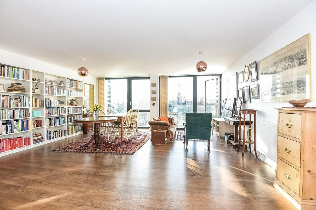 3 Bedrooms Flat for sale in Bloemfontein Road, Shepherds Bush, W12