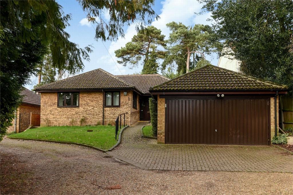 3 Bedrooms Detached Bungalow for sale in Lightwater, Surrey