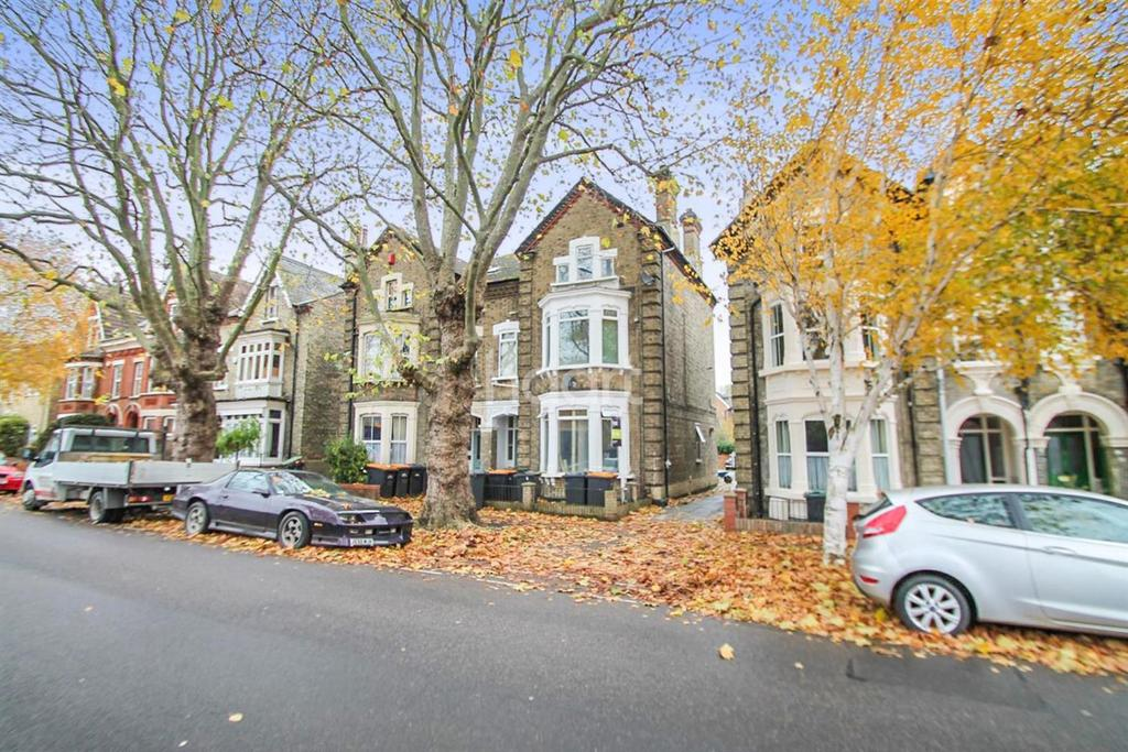 Studio Flat for sale in Warwick Avenue, Bedford, MK40