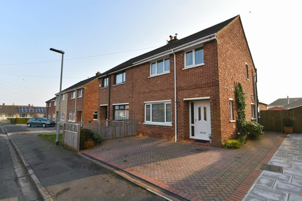 3 Bedrooms Semi Detached House for sale in Holly Close, Westhead