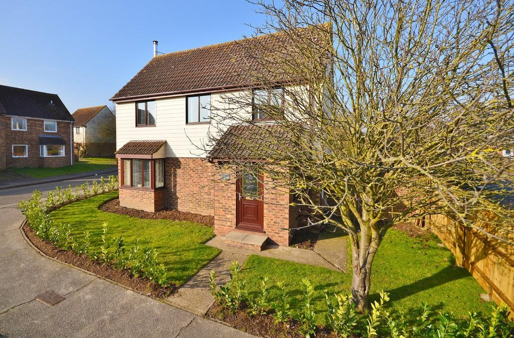 4 Bedrooms Detached House for sale in Turner Avenue, Lawford, Manningtree