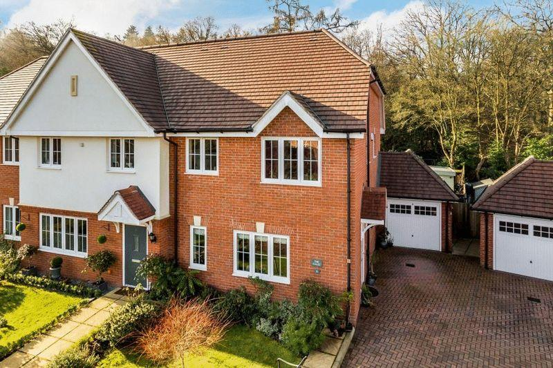 5 Bedrooms Semi Detached House for sale in 6 Woodlands Close, Dorking