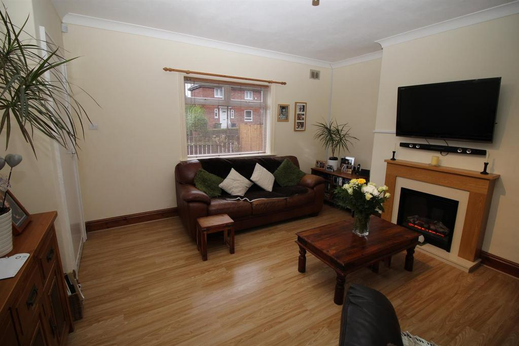 2 Bedrooms Semi Detached House for sale in Strathmore Road, Gateshead