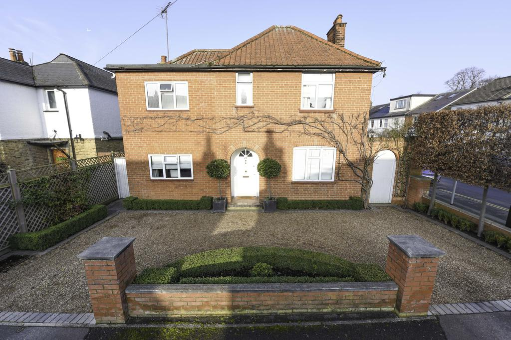 3 Bedrooms Detached House for sale in Mayo Road, WALTON ON THAMES KT12