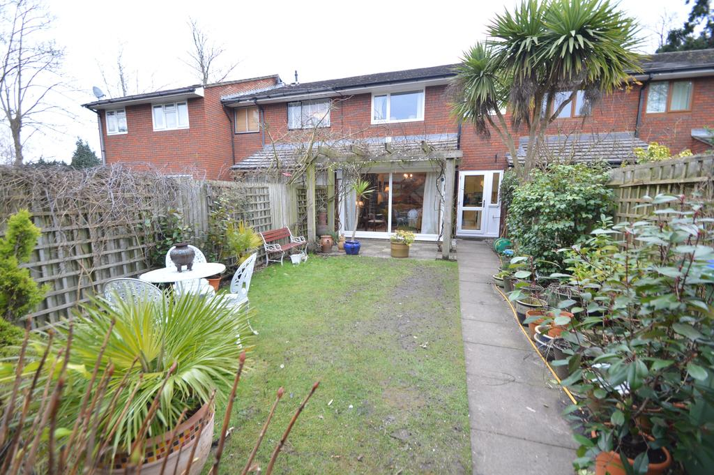 3 Bedrooms Terraced House for sale in Alexandra Close, WALTON ON THAMES KT12