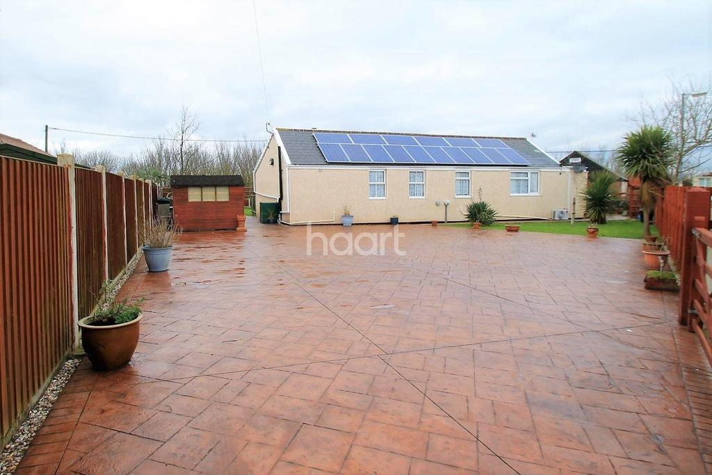 3 Bedrooms Bungalow for sale in Daimler Avenue, Clacton-on-Sea