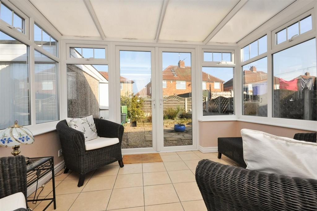 2 Bedrooms Semi Detached Bungalow for sale in Rawcliffe Way, Rawcliffe, York