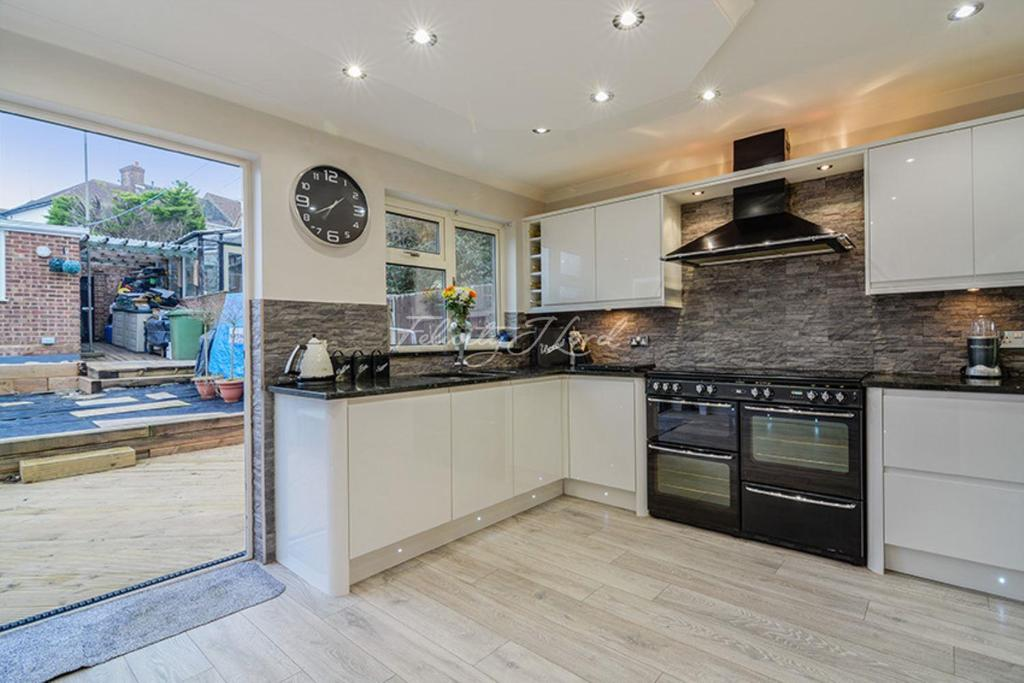 3 Bedrooms Semi Detached House for sale in Donaldson Road, Shooters Hill, SE18 3JY