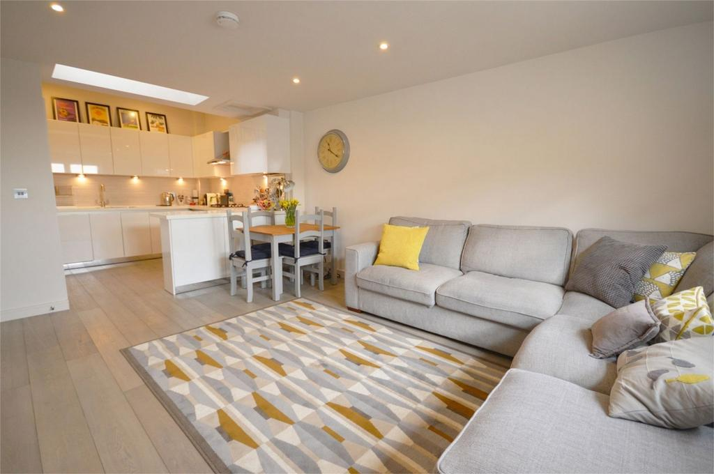 2 Bedrooms Flat for sale in 5, Bakers Court, 2a Hemnall Street, EPPING, Essex