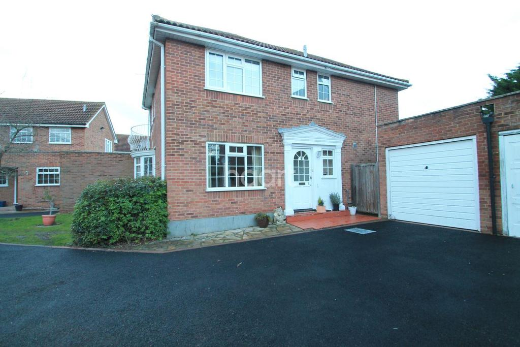 4 Bedrooms Detached House for sale in Winchester Close, Leigh-On-Sea
