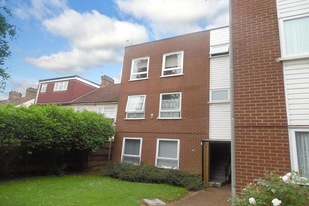 2 Bedrooms Ground Flat for sale in Sunnydene Close, Romford, RM3