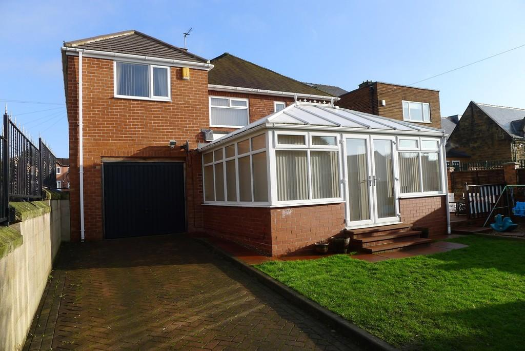 4 Bedrooms Detached House for sale in Batley Road, Wakefield