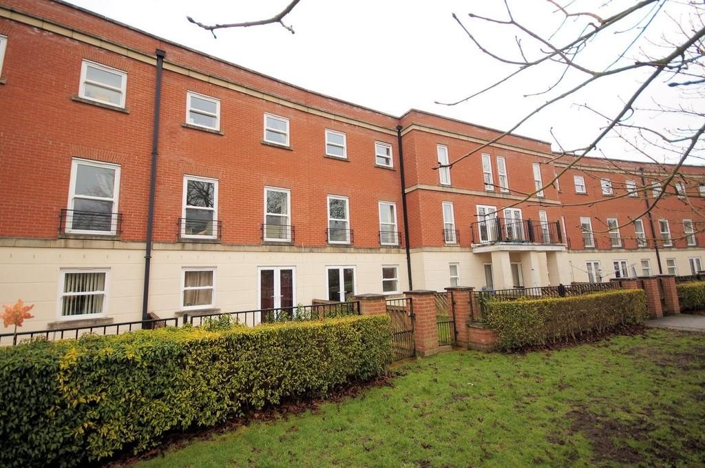 4 Bedrooms Terraced House for sale in Cambrai Close, Lincoln