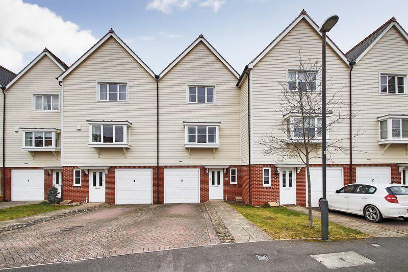 3 Bedrooms Town House for sale in Deer Way, Horsham