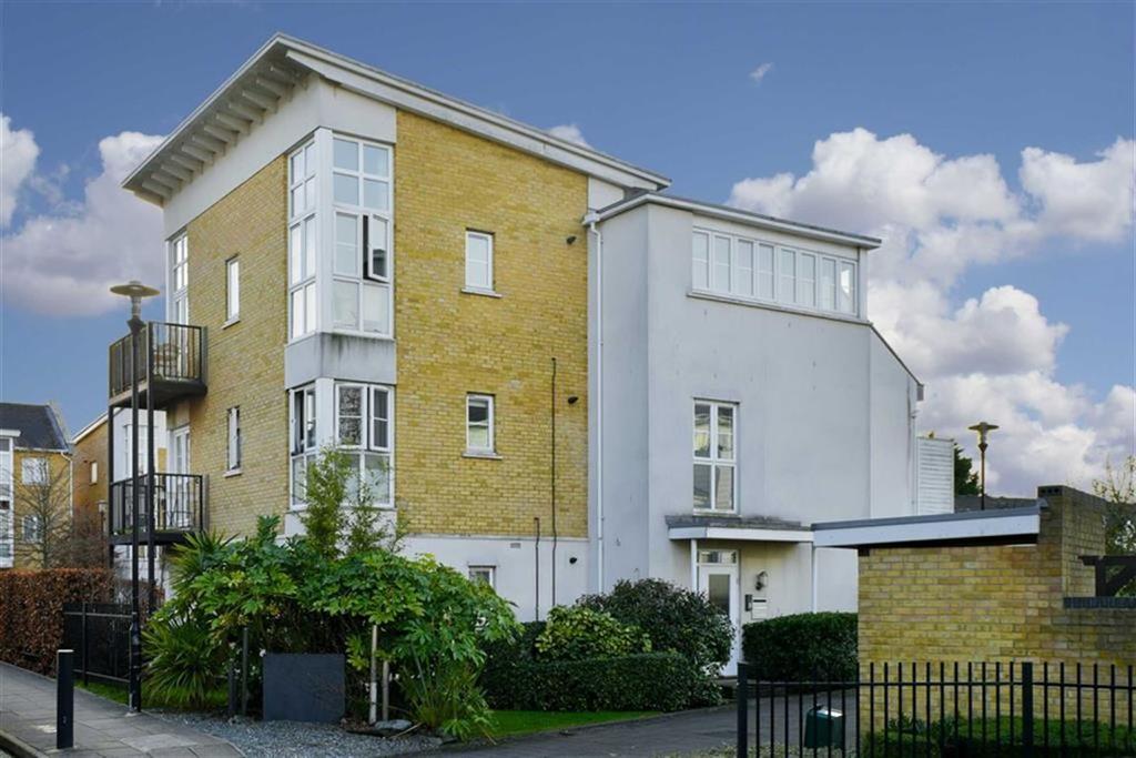 2 Bedrooms Flat for sale in Tudor Court, West Ewell, Surrey