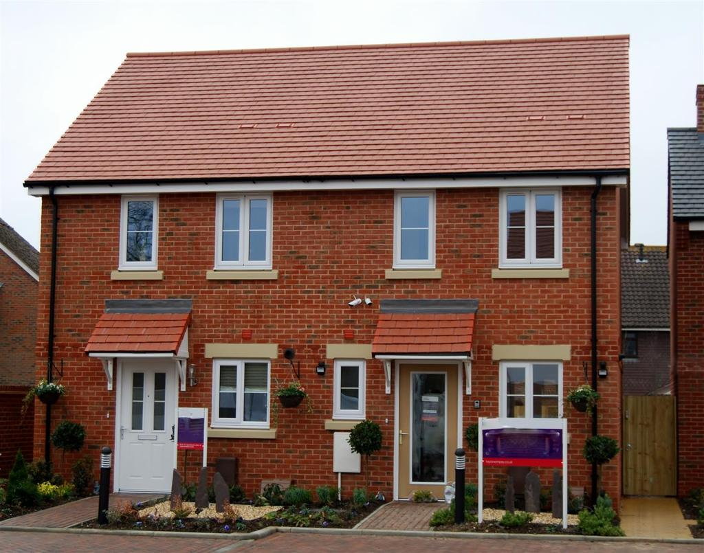 3 Bedrooms Semi Detached House for sale in Knott Gardens, Fishbourne