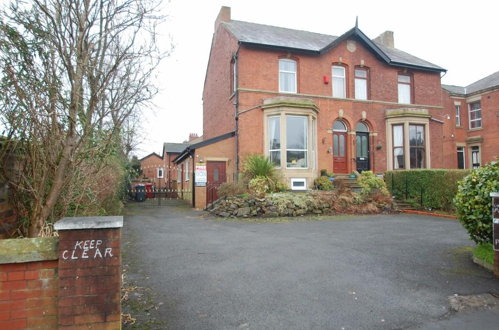 6 Bedrooms Semi Detached House for sale in Dukes Brow, Blackburn