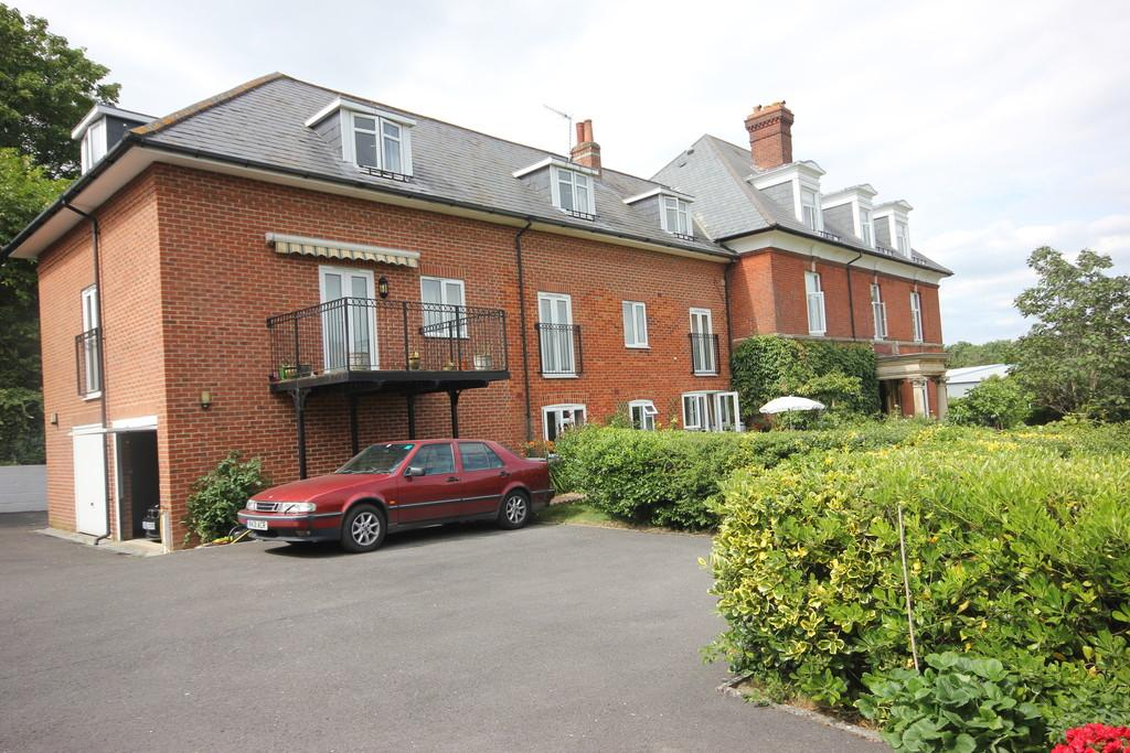 2 Bedrooms Flat for sale in BOURNE AVENUE, SALISBURY, WILTSHIRE SP1 1LS