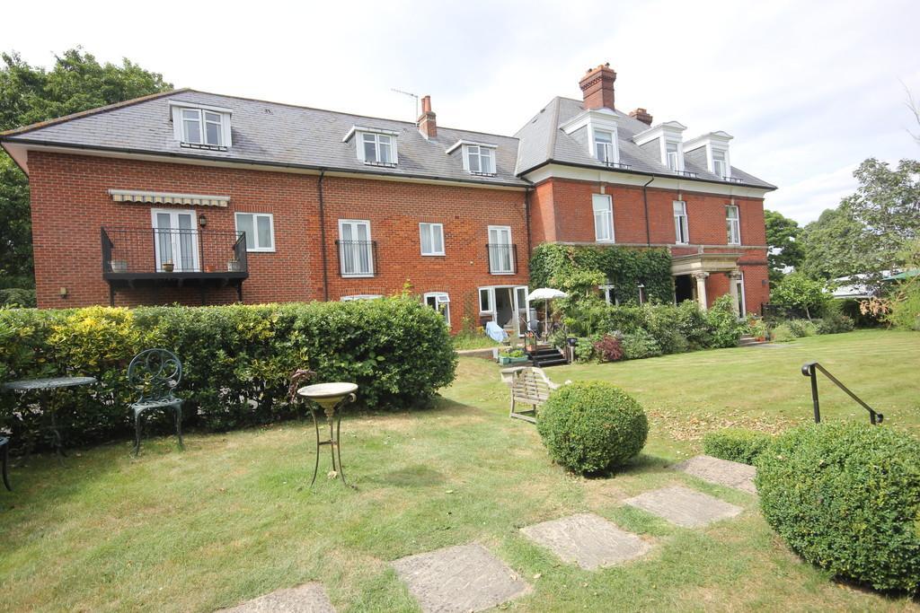 2 Bedrooms Flat for sale in BOURNE AVENUE, SALISBURY, WILTSHIRE SP1 1LS