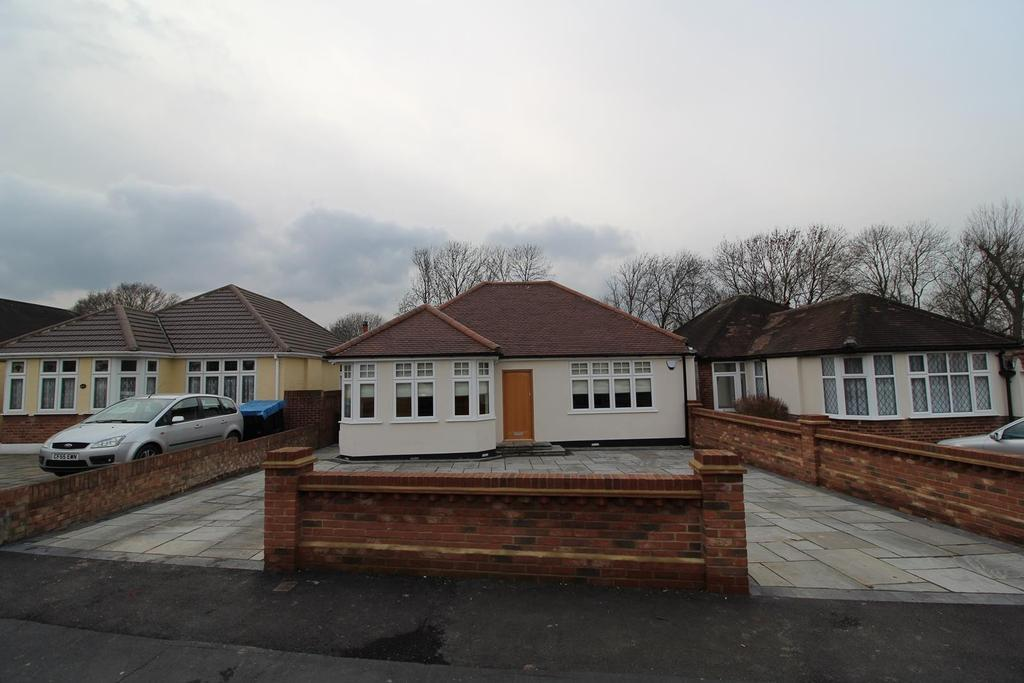 4 Bedrooms Detached Bungalow for sale in Cedar Avenue, Upminster, Essex, RM14