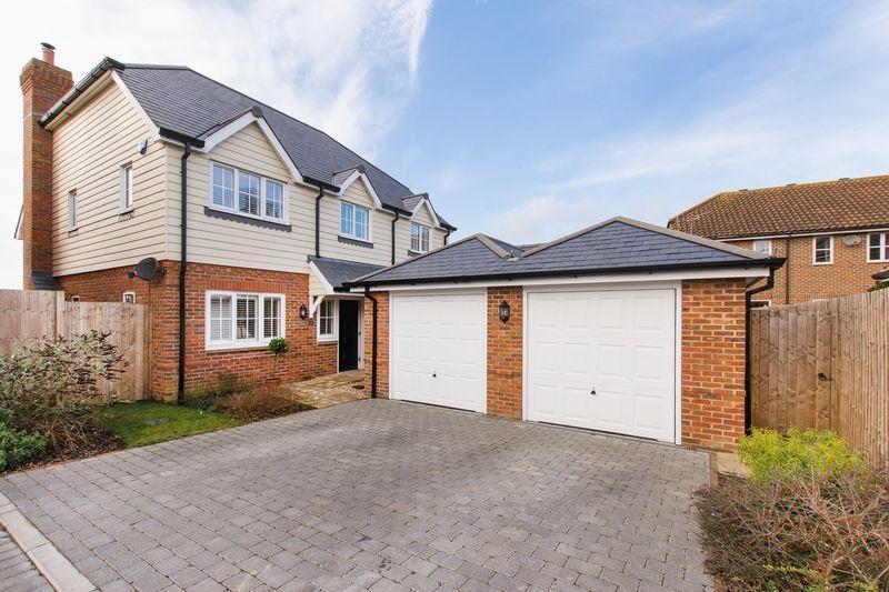 4 Bedrooms Detached House for sale in Bern Hurst Close, Ashford