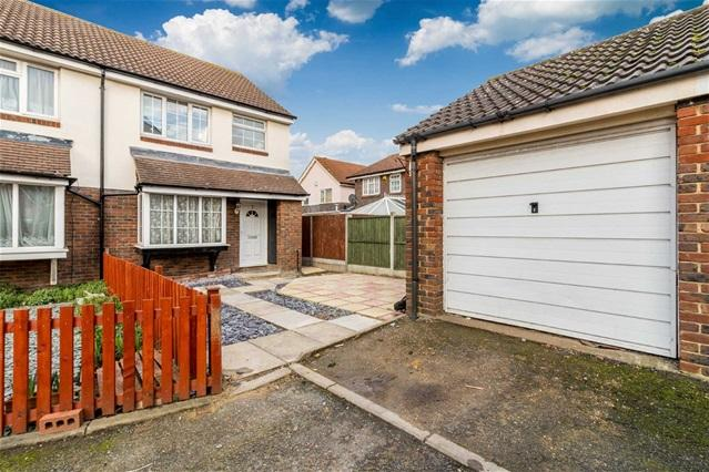 3 Bedrooms Terraced House for sale in Vanburgh Close, Beckton
