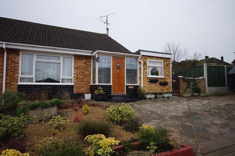 2 Bedrooms Bungalow for sale in Hickling Close, Leigh-on-Sea